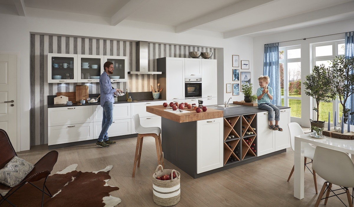 landhaus-kueche-insel-stauraum-familie