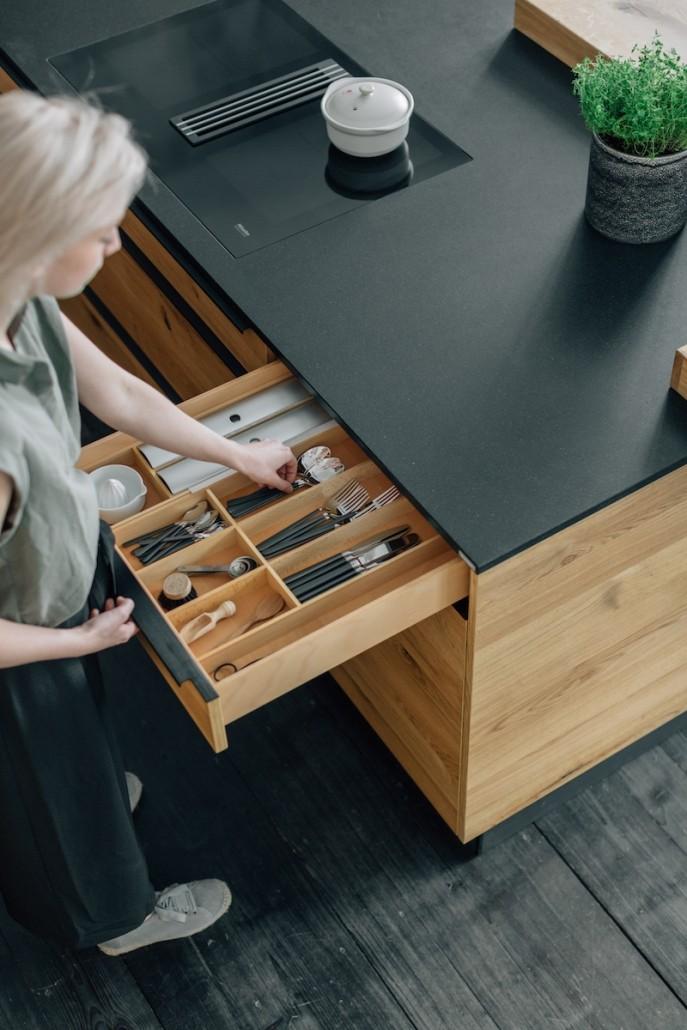 massivholz-kueche-kochinsel-schublade-stauraum-arbeitsplatte