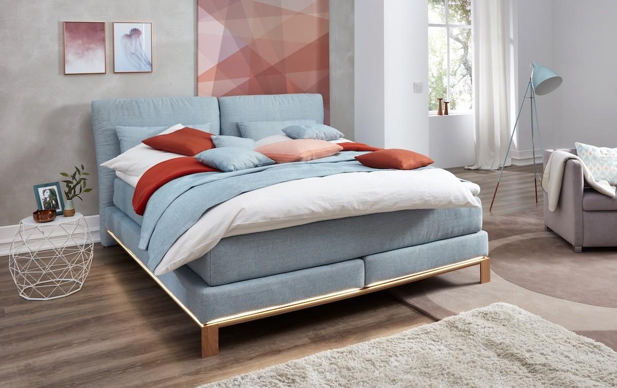 schlafzimmer-moebel-bett-stoff-hellblau-polster